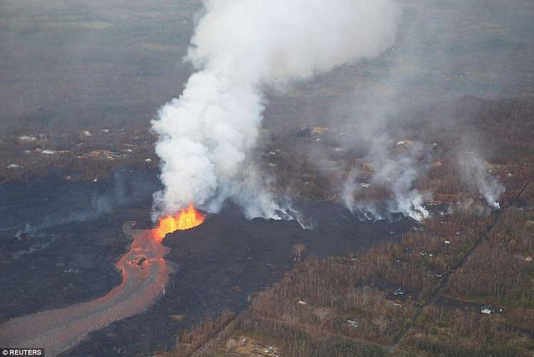 """Theo các nhà địa chất học, những vụ phun trào như thế này vẫn tiếp tục tiếp diễn và chưa biết bao giờ sẽ ngừng lại. """"Dung nham tràn ra và bao phủ tất cả mọi thứ cản trở đường đi của nó. Có vẻ như nó chưa có dấu hiệu dừng lại"""", ông Talmadge Magno, người đứng đầu cơ quan phòng vệ dân sự Hawaii, cho hay."""