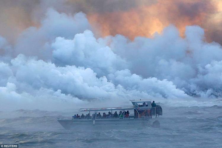 Núi lửa đã ảnh hưởng rất nhiều tới cuộc sống của người dân, hàng trăm người phải rời nhà di tản tới nơi an toàn. Trong đó, 400 người đã sơ tán ngay trong đêm 2/6.