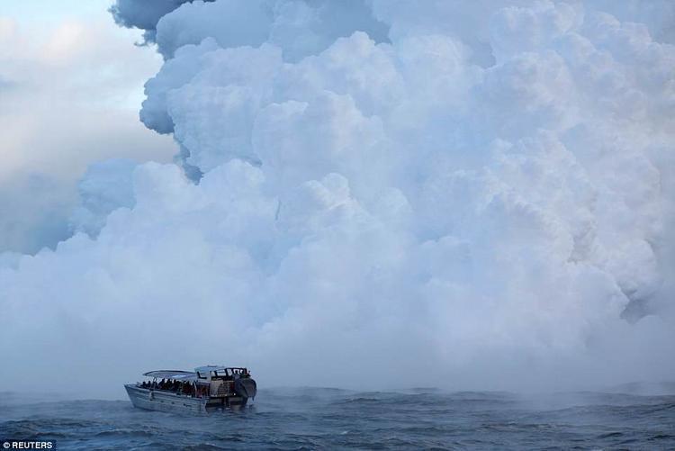 Con tàu như sắp bị làn khói độc nuốt chửng. Giới chức trách khuyến cáo, thuyền của khách du lịch chỉ nên đứng cách xa khói độc ít nhất 300 m.