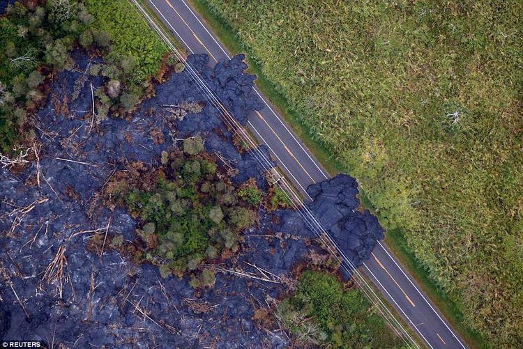 """Nham thạch tràn ra đường cao tốc ở vùng ngoại ô Pahoa và """"nuốt"""" mọi thứ."""