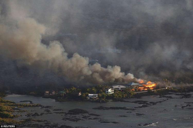 Dung nham phá hủy các ngôi nhà ở khu vực Kapoho, phía đông Pahoa.