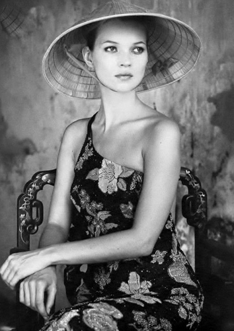 Siêu mẫu Kate Moss từng khiến giới mộ điệu chấn động khi có những shoot ảnh quá đẹp cùng chiếc nón truyền thống dân tộc. Những tác phẩm này đều được chụp qua lăng kính của nhiếp ảnh giaBruce Weber.