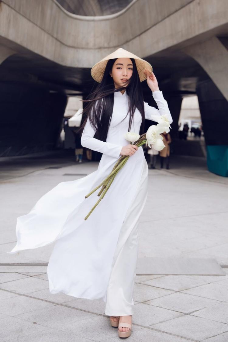 """""""Nàng thơ xứ Huế"""" Ngọc Trân từng gây ấn tượng với tà áo dài trắng cùng chiếc nón bài thơ truyền thống khi xuất hiện tại tuần lễ thời trang Seoul 2017."""