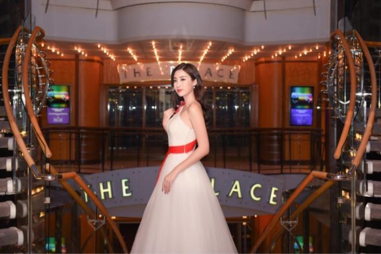 Hoa hậu Mỹ Linh xuất hiện với chiếc đầm bồng bềnh của NTK Lê Thanh Hòa. Nàng hậu trông như một nàng công chúa trẩy hội trong sắc đèn lung linh.