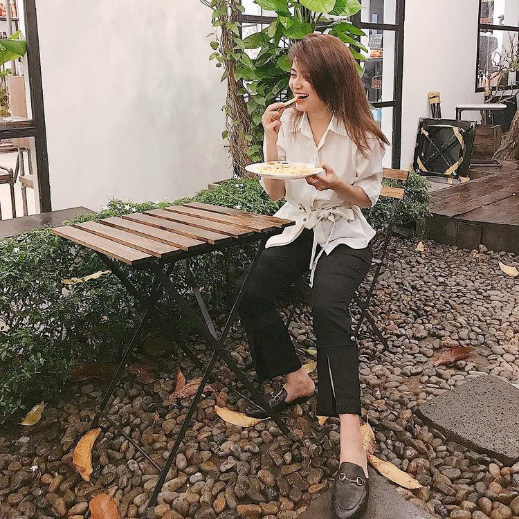 Cùng lựa chọn sắc trắng, nhưng chiếc áo của Hoàng Thùy Linh lại ngả sang tông beige, mang đến cảm giác thân thiện, không quá kiểu cách. Nữ ca sĩ mix cùng giày đế bệt của Gucci để hoàn thiện tổng thể.