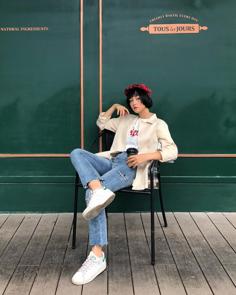 Combo áo phông, mũ nồi cùng áo khoác tông pastel là cách khiến hot girl Mai Kỳ Hân ghi được điểm trong mắt khán giả khi xuống phố.