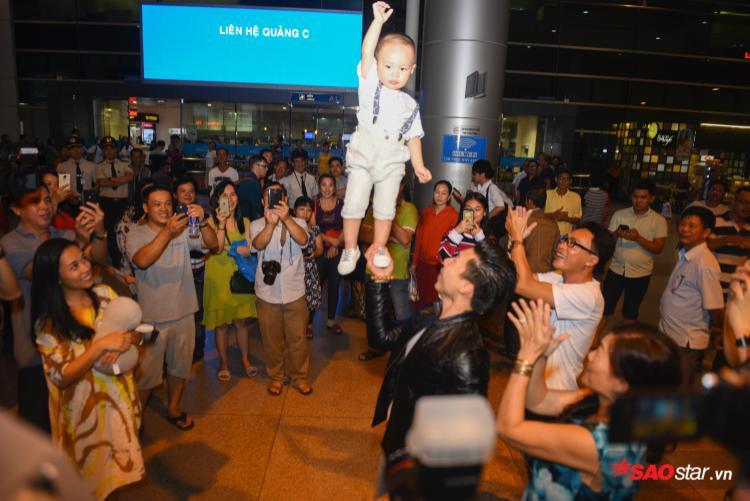 Quốc Cơ Quốc Nghiệp rạng rỡ ngày trở về, nghẹt thở trong vòng tay khán giả hâm mộ