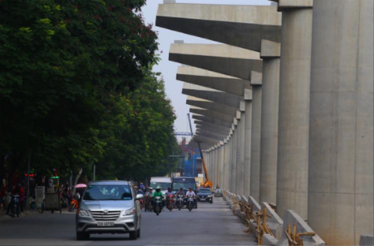 Đoạn trên cao đã thi công được khoảng 83%, hiện nay nhà thầu lắp dầm trên các tuyến đường Xuân Thủy - Cầu Giấy. Ảnh: Bá Đô