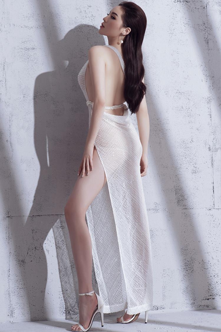 Chiều cao 1m76 cùng đôi chân dài giúp cô dễ dàng thu hútkhi diện các mẫu trang phục gợi cảm và hiện đại.