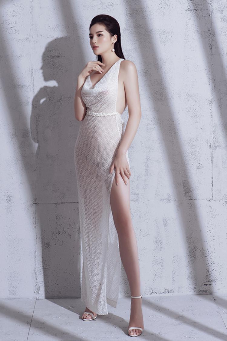 Trong bộ ảnh mới nhất vừa công bố với khán giả, người đẹp Nam Định tự tin phô diễn đường cong vớicác mẫu váy khai thác khoảng hở.