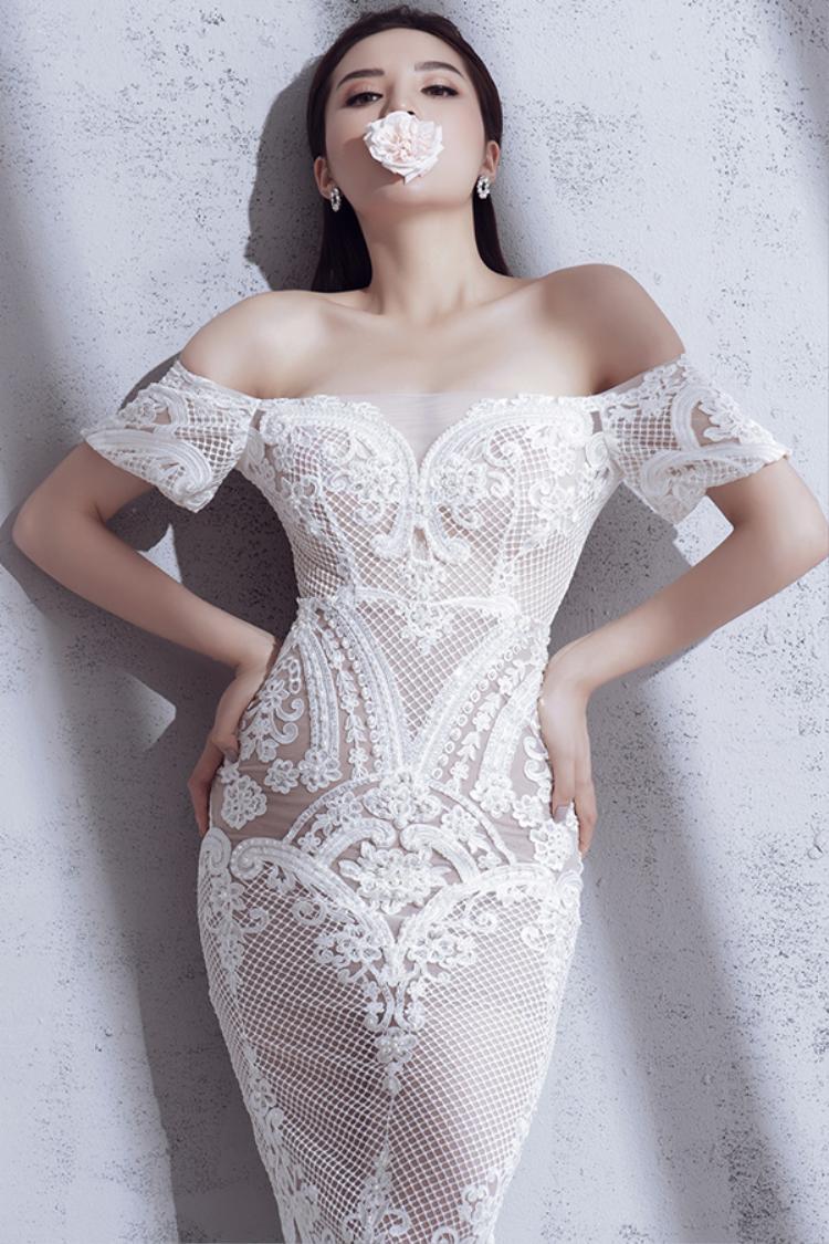 """Kỳ Duyên là một trong những Hoa hậu có hình thể đẹp nhất hiện nay. Việc khoác lên mình những bộ cánh """"mặc cũng như không"""" càng khiến cô trở nên sexy hơn bao giờ hết."""