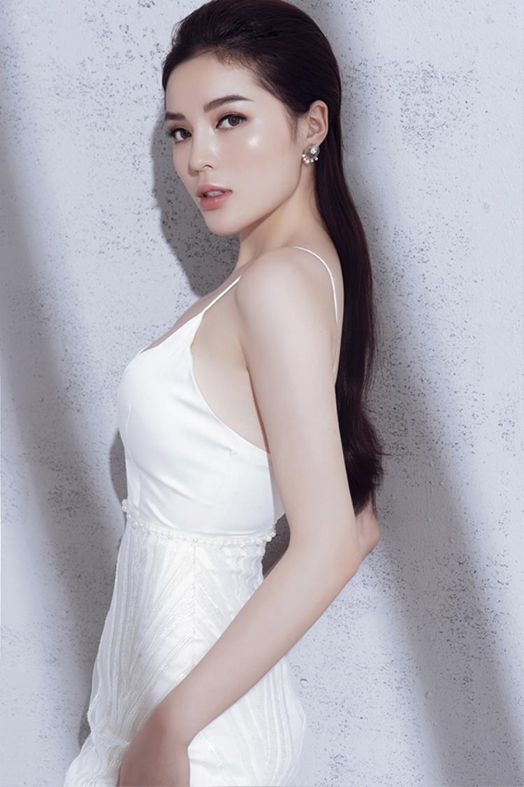 Chỉ sử dụng sắc trắng tinh khôi, nhưng nhà thiết kế đã khéo sáng tạo để mang đến sự đa dạng trong các mẫu váy giúp người đẹp họ Cao tự tin khoe đường cong.