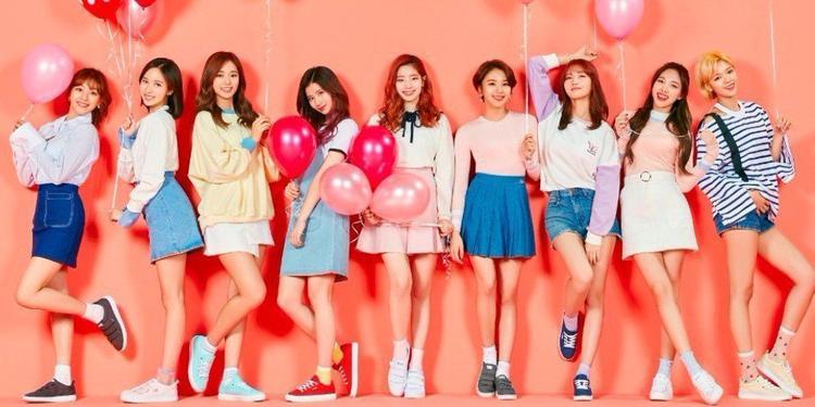 Girlgroup đình đám nhà JYP TWICE cũng có đại đa số các thành viên sử dụng chiếc iPhone 7 hoặc iPhone 7 Plus của Apple (Sana dùng iPhone 6s). Tzuyu trong khi đó lại tạo sự khác biệt bằng cách chọn chiếc LG V30.