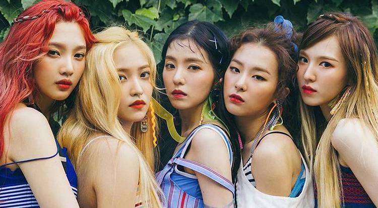 Red Velvet cũng có 100% các thành viên về đội Apple. Cụ thể, Irene, Seulgi và Yeri đều dùng iPhone 7 trong khi đó Joy và Wendy lần lượt có iPhone 8 và iPhone X, hai mẫu iPhone Apple trình làng vào tháng 9 năm ngoái.
