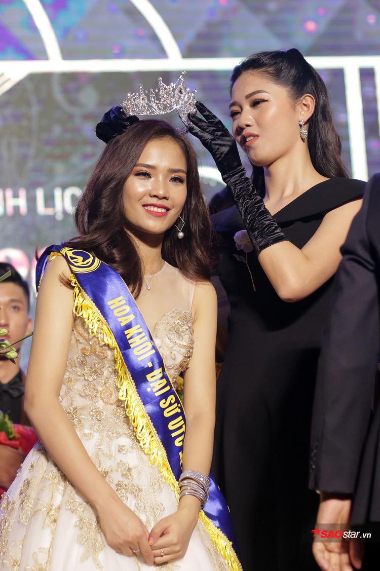 Khoảnh khắc Nguyễn Thị Phấn nhận vương miện Hoa khôi từ Á hậu Ngô Thanh Thanh Tú