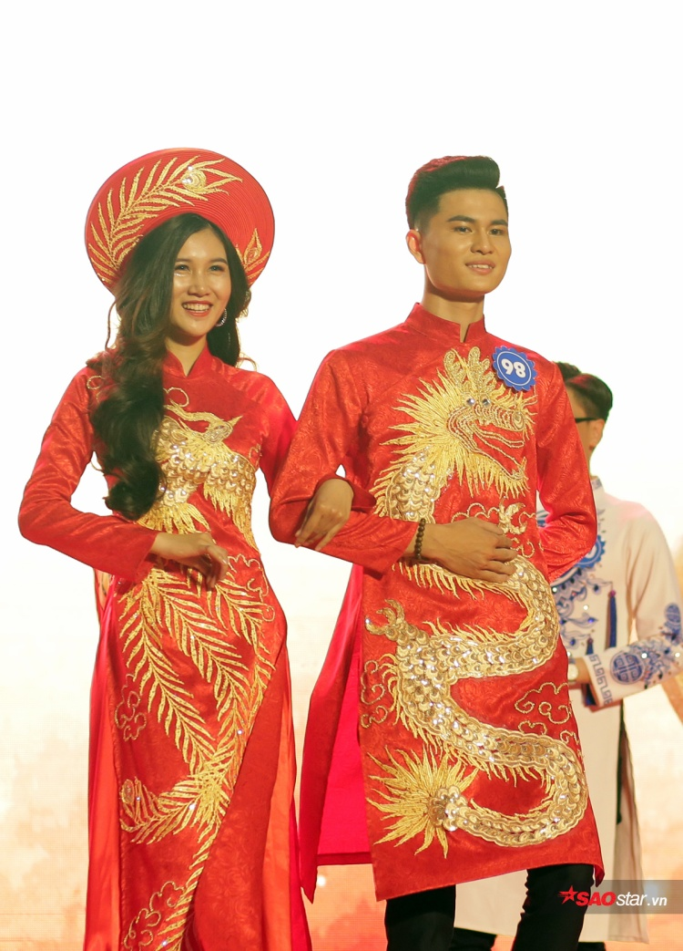 Đinh Thị Vân Anh nở nụ cười tự tin khi sải bước bên người bạn Trương Tuấn Nghĩa của mình. Tuấn Nghĩa giành giải Nam Đại sứ tài năng chung cuộc.