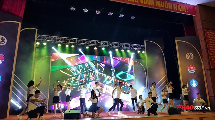 Tiết mục đồng diễn sôi động của 18 thí sinh trong đêm chung kết
