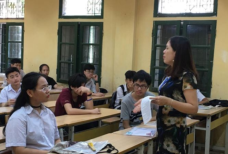 Các sĩ tử Hà Nội dự thi vào lớp 10 với môn đầu tiên là Ngữ văn. (Ảnh: Tiền phong)