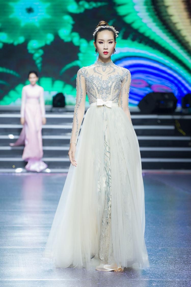 Ngoài ra, show diễn lần này còn có sự tham gia của Đông Hạ, cô nàng cũng đang là thí sinh của Siêu mẫu Việt Nam năm nay. Được đào tạo bài bản bởi siêu mẫu Xuân Lan, Đông Hạ là một trong những gương mặt quen thuộc trên nhiều sàn diễn thời trang trong nước.
