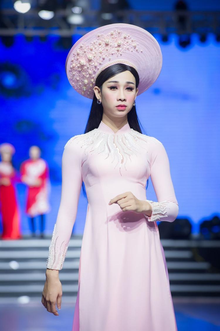 Sự xuất hiện của Hải Triều cũng đem lại sự thích thú cho khán giả. Sở hữu vóc dáng mảnh khảnh cùng khuôn mặt thon nhỏ, nhiều fan hâm mộ nhận định Hải Triều vô cùng duyên dáng khi diện lên mình tà áo dài nữ tính.