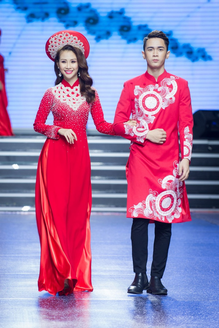 Tuy là một mẫu mới, nhưng có thể nhận định, Duy Phong sở hữu những bước catwalk chắc nhịp, chẳng hề thua kém đàn anh, đàn chị đi trước.
