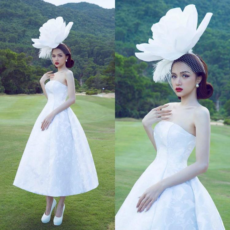 Trước đó Hoa hậu Hương Giang cũng đội đóa hoa khổng lồ trên đầu trình diễn thời trang trong show của nhà thiết kế Đỗ Mạnh Cường. Có vẻ như trào lưu đội mấn hoa khổng lồ trên đầu đang được các mỹ nhân Việt thay phiên nhau lăng xê hết cỡ.