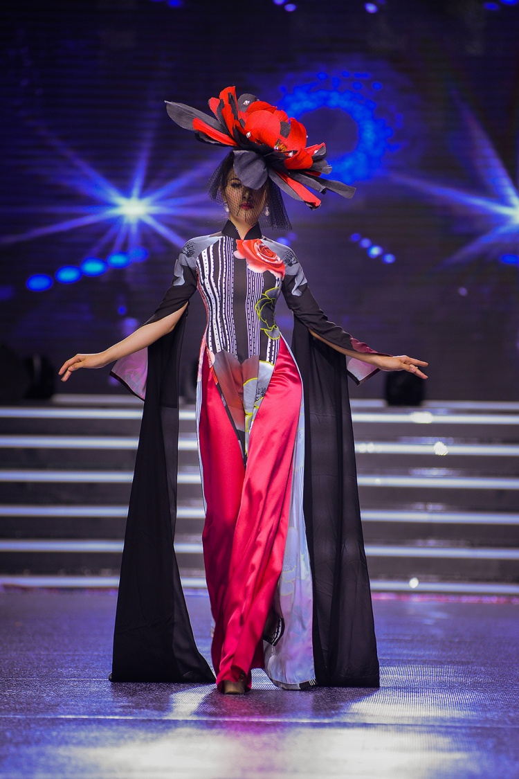 Trongnhững chiếc áo dài rực rỡ sắc màu, Á hậu Thư Dung tự tin sải bước chuyên nghiệp trên sàn diễn. Đặc biệt, chiếc mấn hoa khổng lồ tạo dấu ấn riêng biệt cho bộ sưu tập lần này.