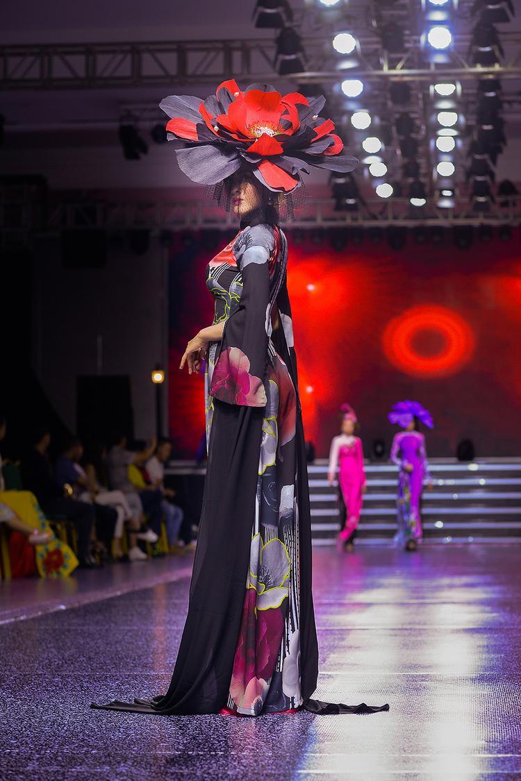 Với gương mặt nữ tính, đậm chất Á Đông cùng vẻ đẹp dịu dàng vốn có, Thư Dung luôn yêu thích tà áo dài Việt Nam. Khoác lên mình những bộ trang phục mang đậm chất truyền thống, Thư Dung tự tin sải bước và khiến bao người ngước nhìn.