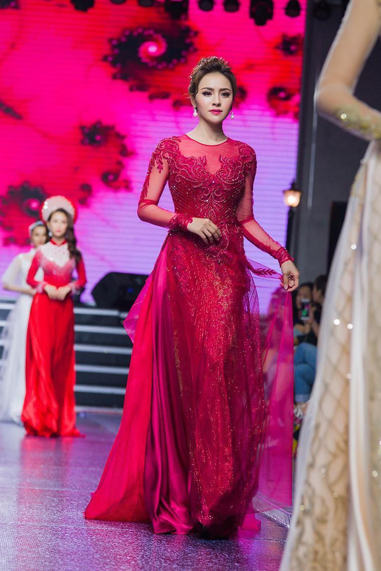 Áo dài họa tiết voan xuyên thấu giúp nàng Á hậu thêm phần hiện đại, mới mẻ nhưng vẫn giữ được chất truyền thống vốn có của tà áo dài Việt Nam.
