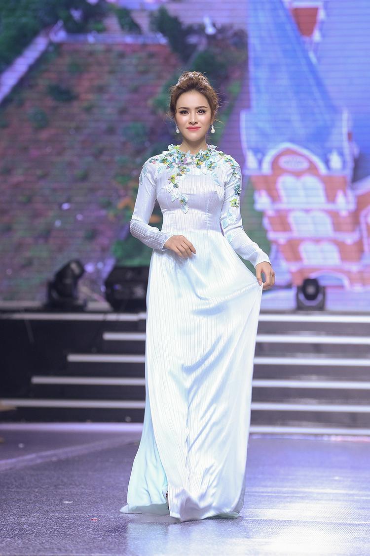 Trong chiếc áo dài trắng được đính kết hoa 3D, Á hậu Thư Dung hóa thân thành một quý cô vừa cổ điển vừa mang tính hiện đại.