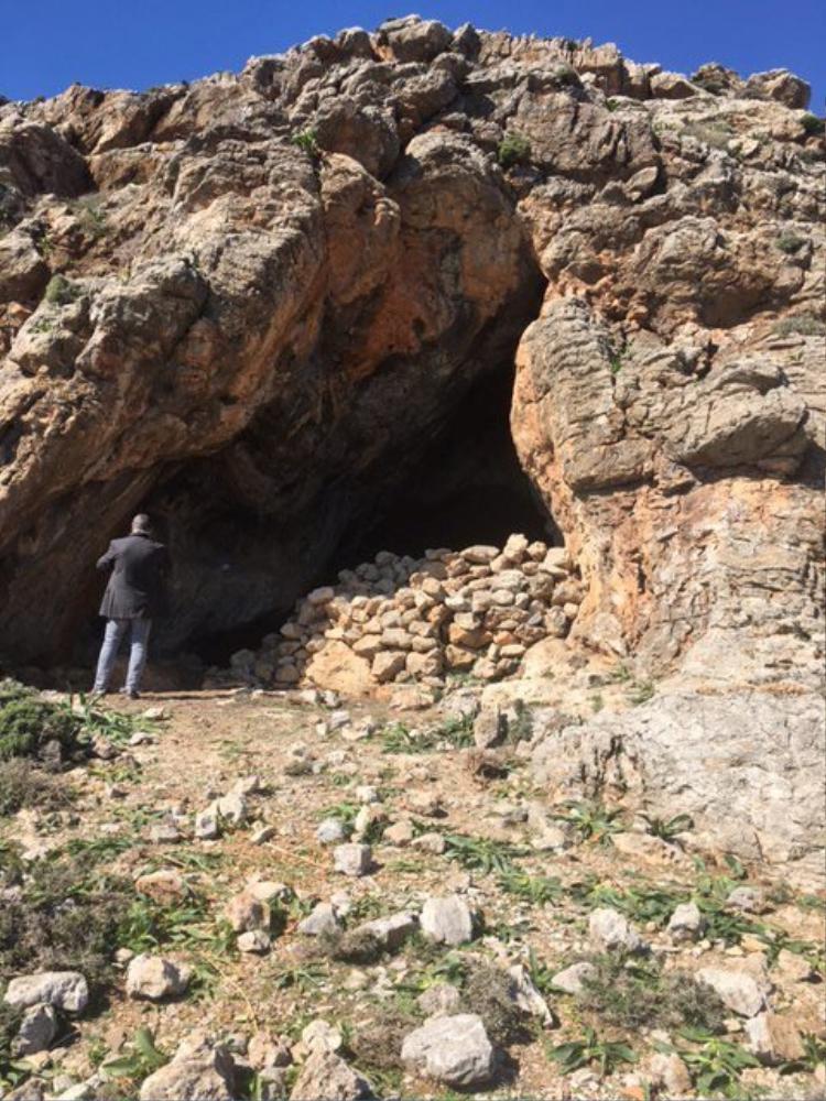 Ngoài hang có đá che lấp.