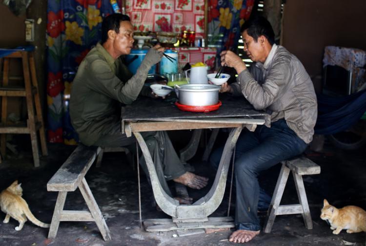 """Những người hái rau móp thuê ở xã Trung An chỉ làm trong nửa buổi và đươc chủ vườn lo thêm bữa cơm trưa. """"Trước đây không có hái rau, chúng tôi chỉ làm lặt vặt ở nhà, thu nhập không ổn định. Công việc này tháng được vài triệu đồng, ở ngoại thành thì cũng vừa đủ chi tiêu"""", ông Nghiêm chia sẻ."""