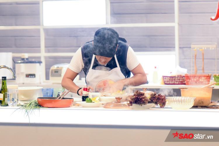 """Trường Giang tập trung 100% cho việc nấu ăn nên """"quên"""" trả lời những thắc mắc của Hương Giang."""