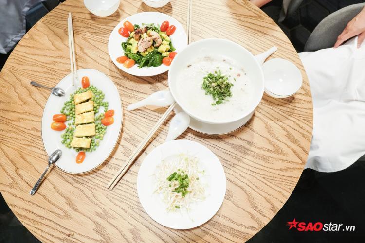 3 món ăn hoàn thành xuất sắc của đội Song Giang gồm gà rút xương áp chảo, trứng cuộn thịt và cháo cá chép hạt sen.