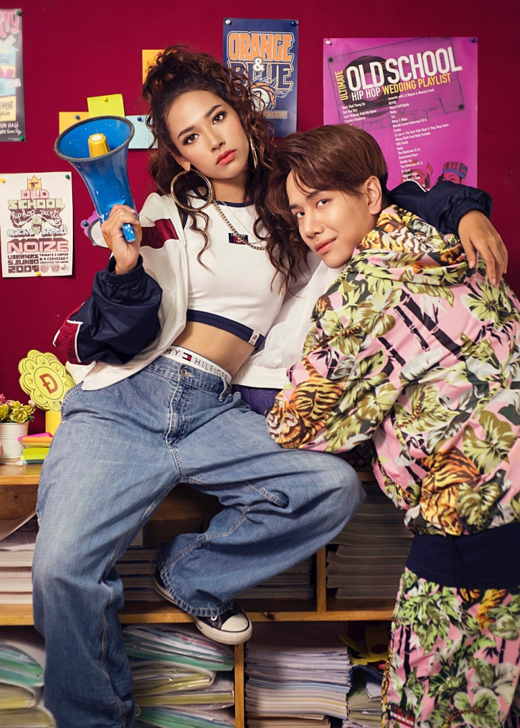 Trong MV, Cara và Lou Hoàng hóa thân thành đôi bạn quậy phá, nghịch ngợm, luôn bày ra những trò vui nhộn để chọc phá đối phương, phải khiến cho người bạn của mình bẽ mặt trước bạn bè cùng lớp.