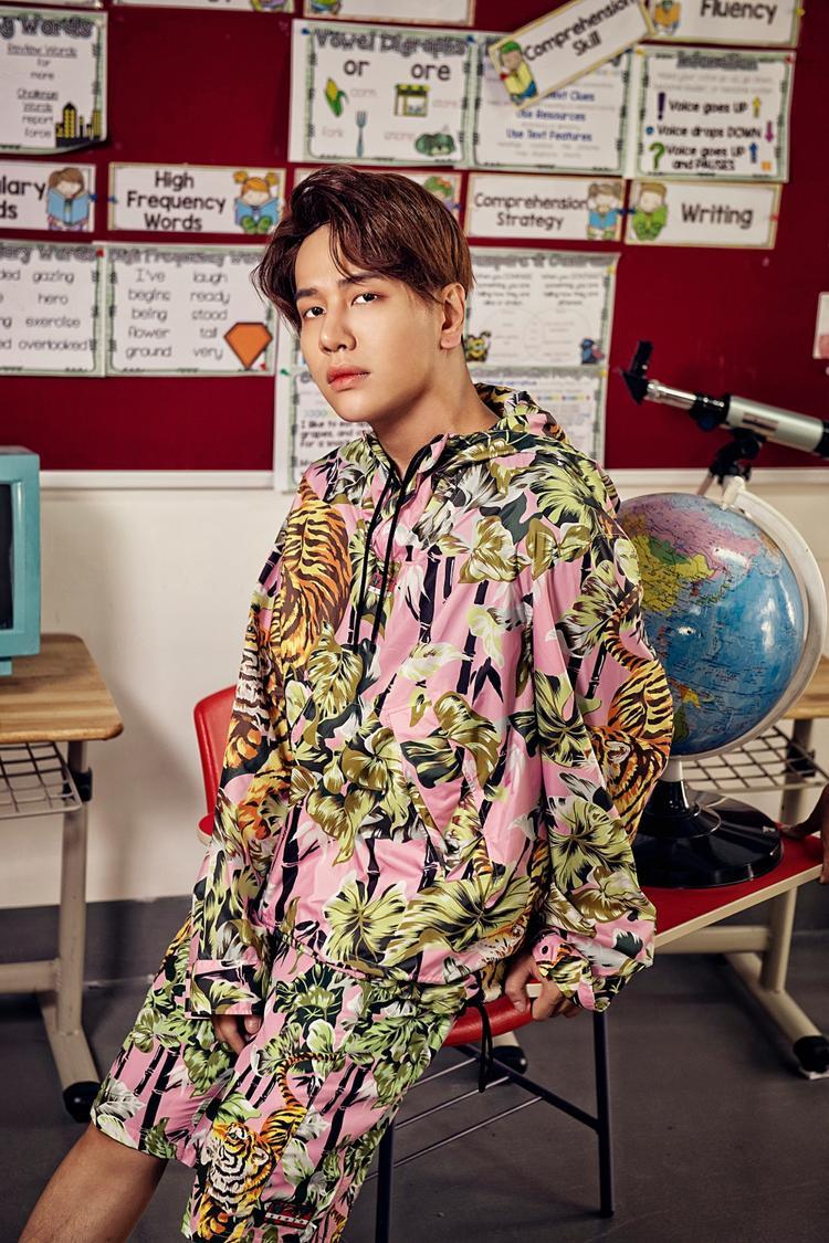 Nam ca sĩ cũng chọn phong cách thời trang trong MV theo xu hướng retro, lấy cảm hứng từ style học đường thập niên 90, thời kì hiphop đang vô cùng thịnh hành.