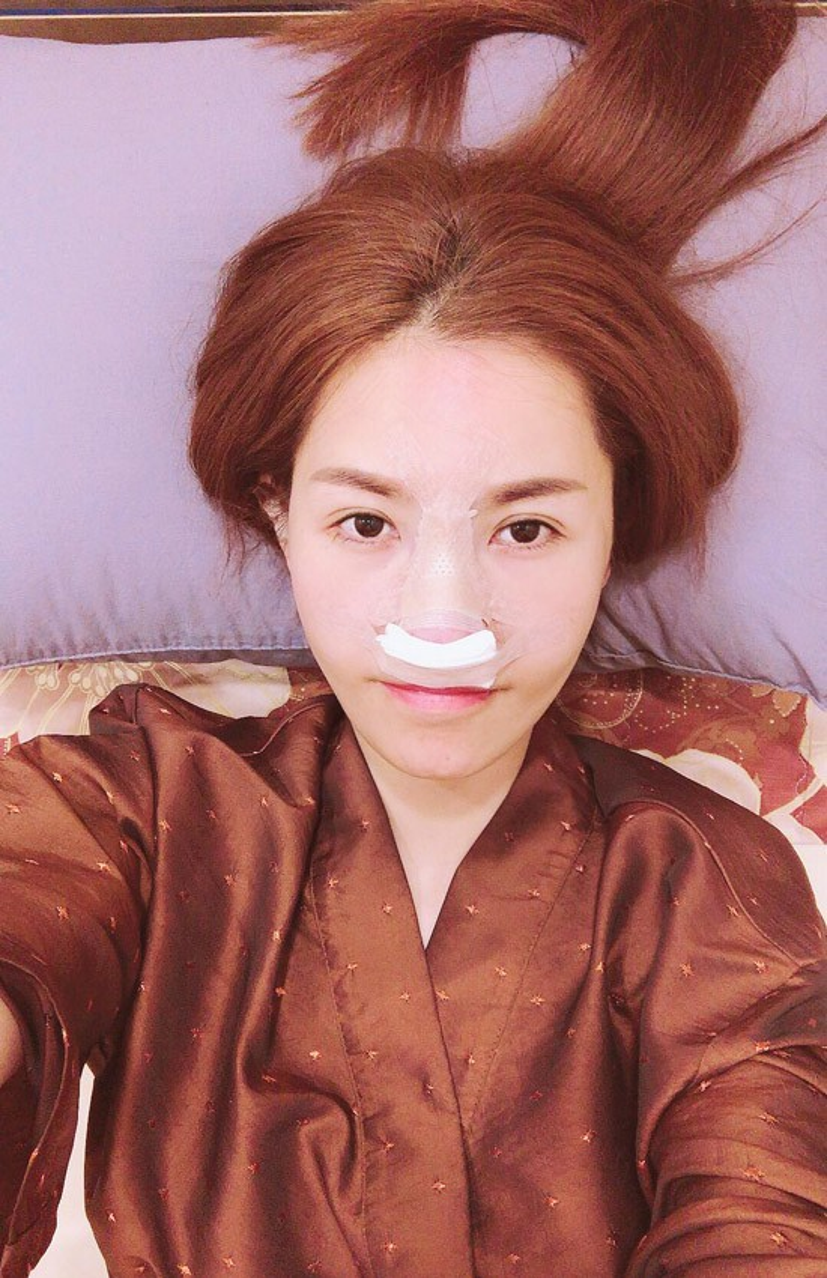 Người đẹp không ngần ngại công khai quá trình phẫu thuật trên mạng xã hội.