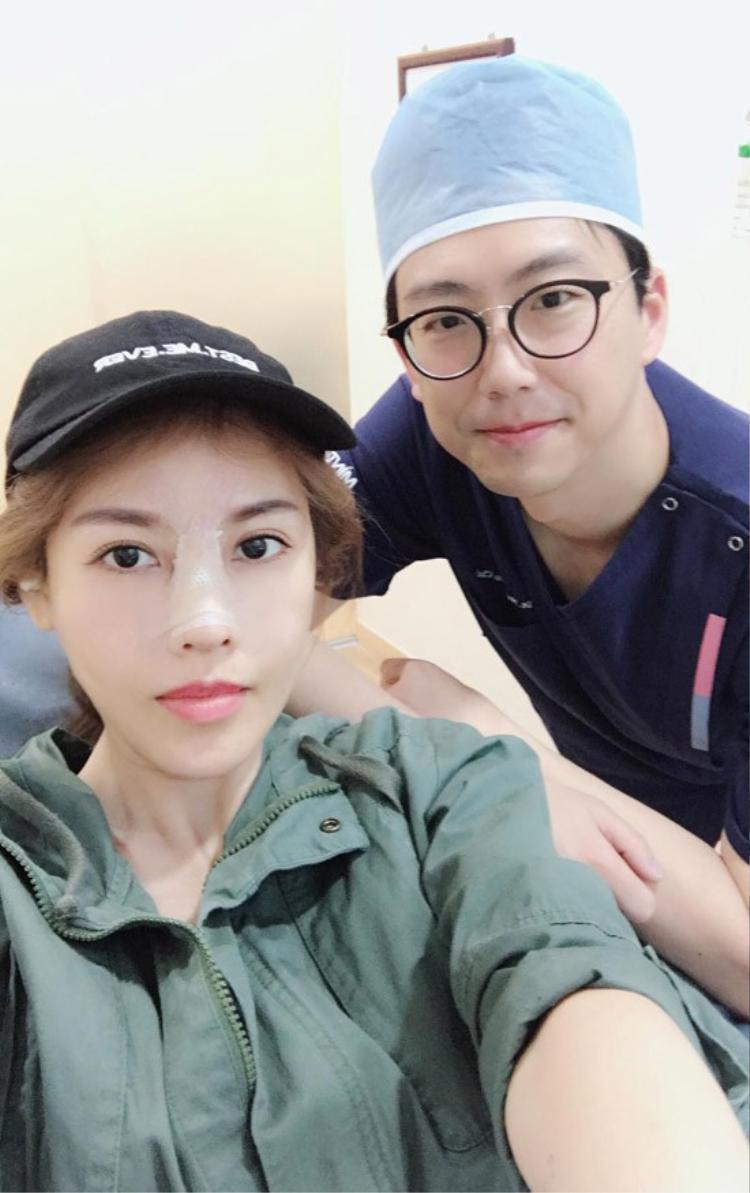 Quế Vân chụp ảnh cùng bác sĩ phẫu thuật.