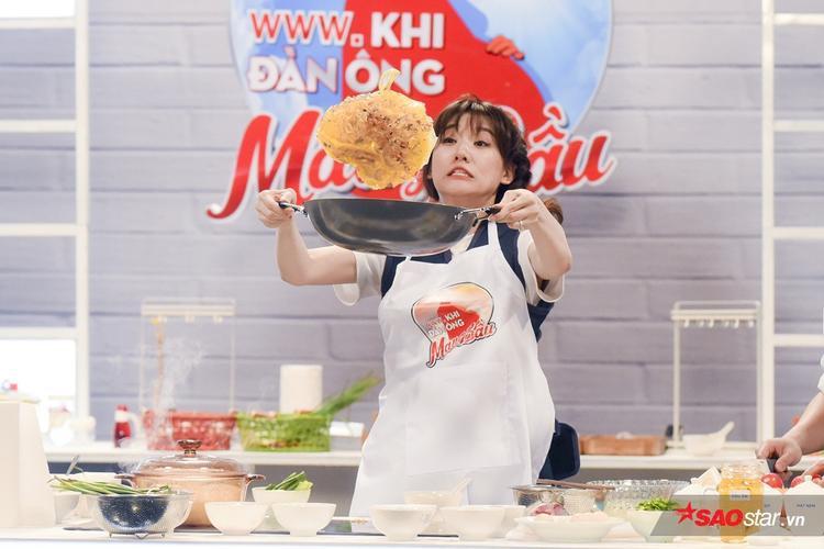Sành ăn là thế nhưng Trấn Thành  Hari lại vô cùng vụng về khi trổ tài nấu bếp!
