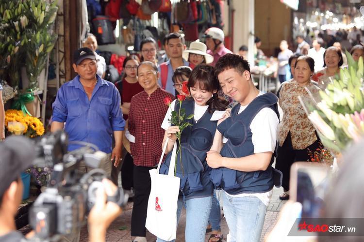 Ngay phút cuối, nam diễn viên cũng không quên xin luôn cành hồng tặng vợ.