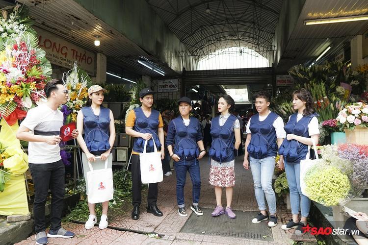 3 đội thi đứng trước cửa chợ Bến Thành để chuẩn bị vào thử thách.