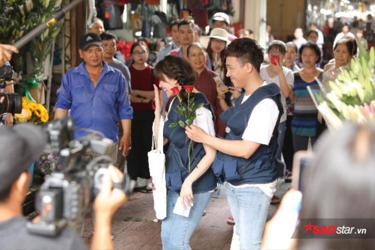 Hari Won cười thích thú khi được Trấn Thành tặng hoa.