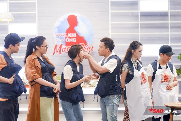 Hari Won và Trấn Thành không ngừng ăn vụng vì món ăn của Trường Giang quá xuất sắc.