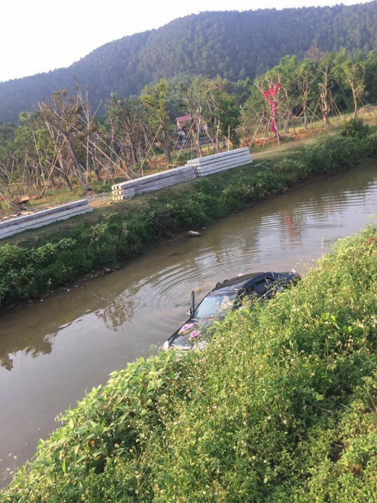 Chiếc xe yên vị dưới con kênh. Ảnh: Nguyễn Trung Kiên.