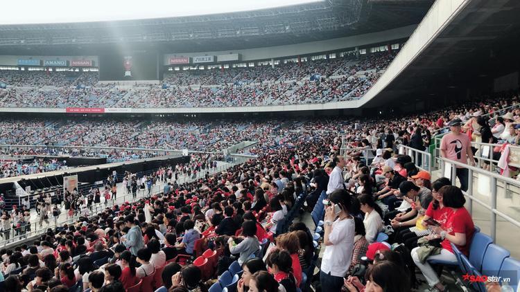 Các khán đài được bảo vệ nghiêm ngặt, đang dần được lấp đầy với tốc độ chóng mặt.