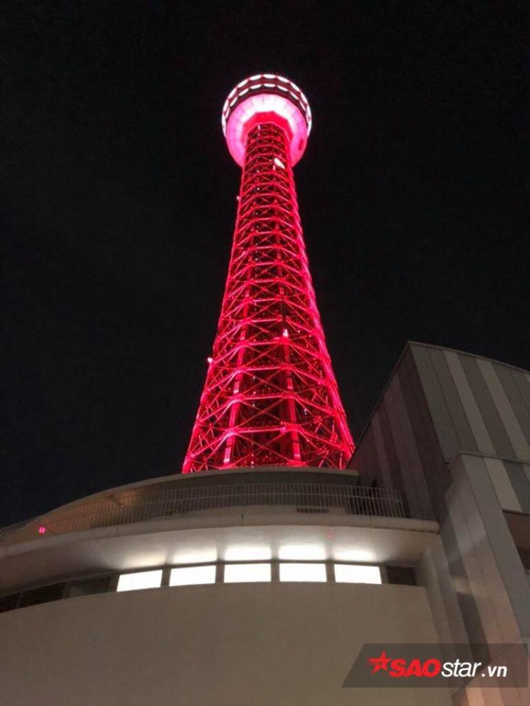 Ngay tại tháp truyền hình của thành phố đã được phủ một màu đỏ truyền thống mà ta cũng biết đó là màu của ai…
