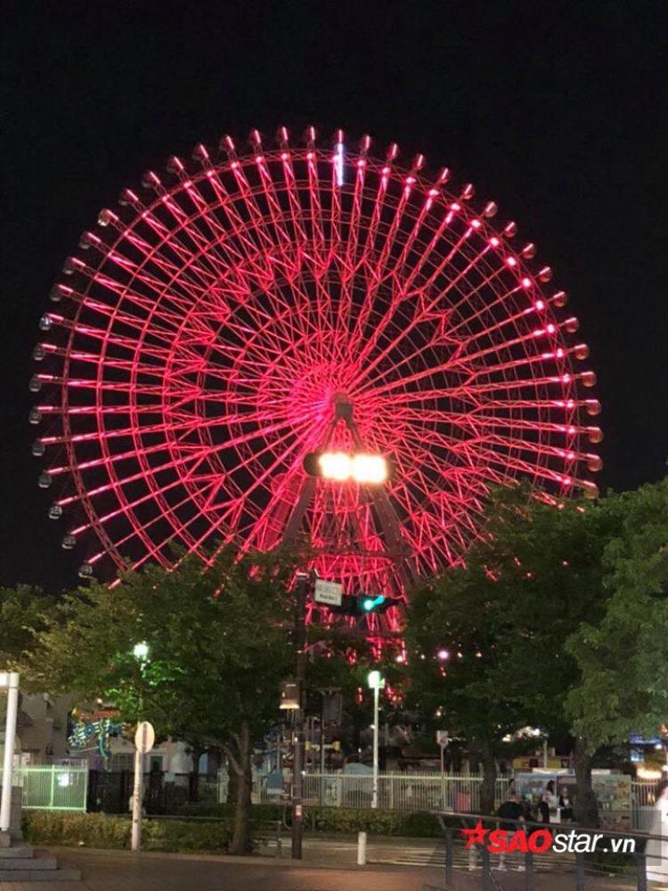 Vòng xoay khổng lồ ở khu trung tâm cũng sáng rực một màu đỏ.