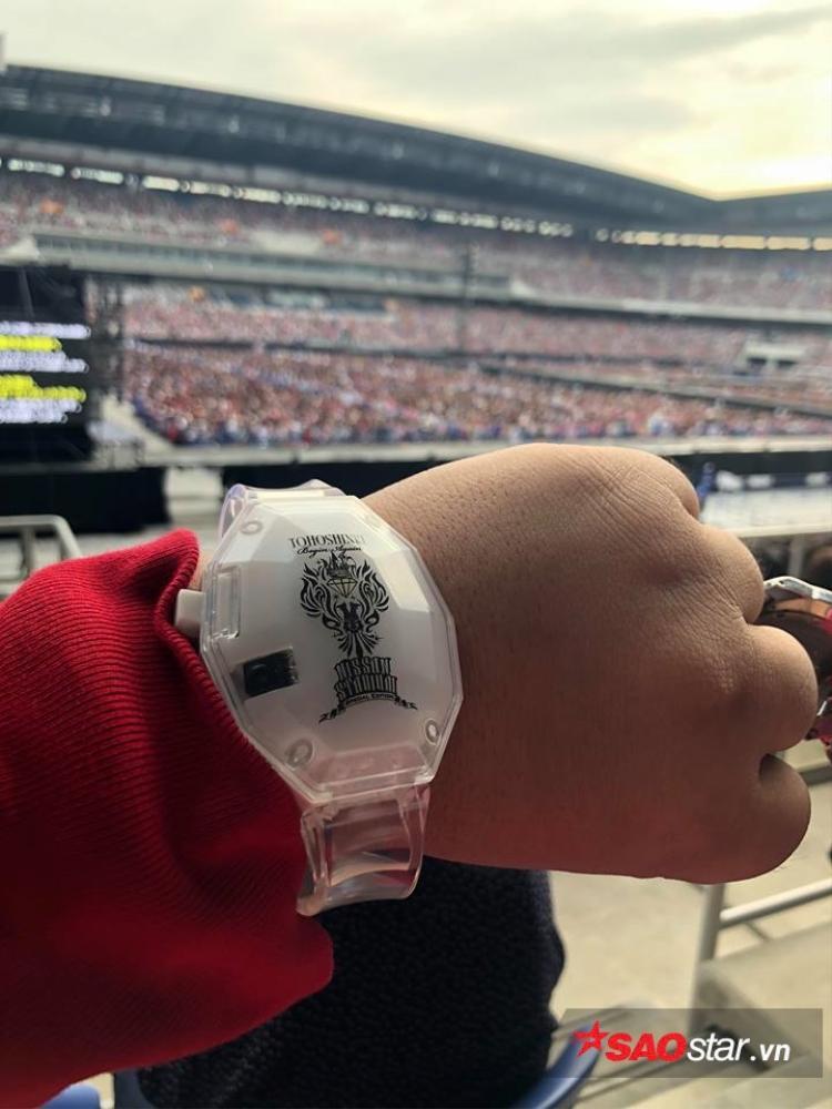"""1 trong số 75,000 đồng hồ được phát miễn phí cho khán giả tham dự, hứa hẹn sẽ tạo nên những """"red ocean"""" hùng tráng và choáng ngợp!"""