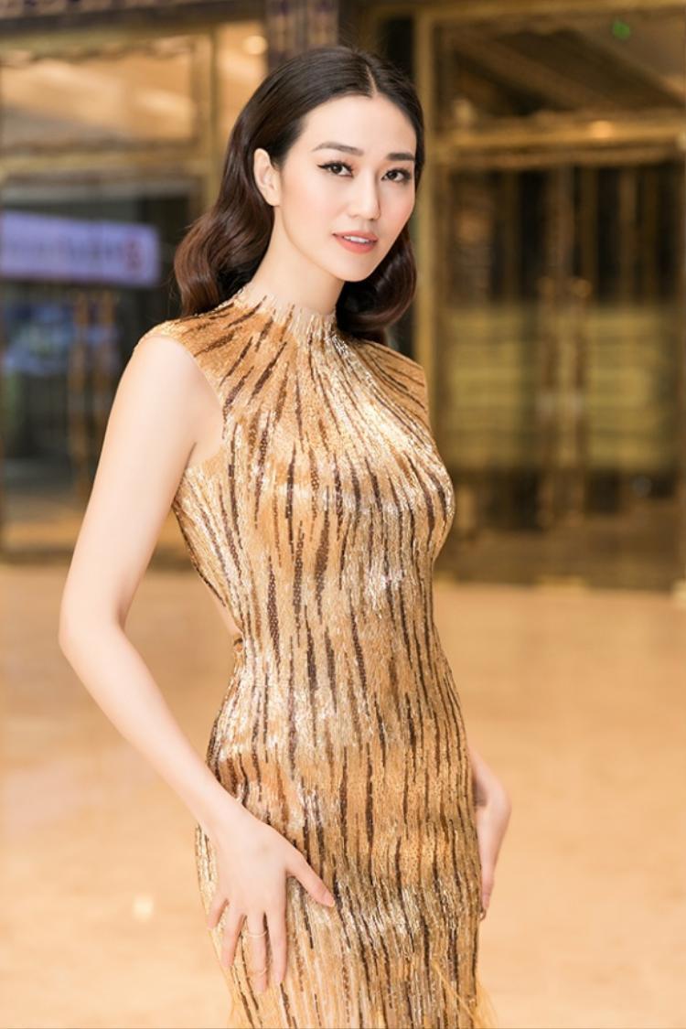 Khánh My khá thông minh khi biết cách làm mới bộ trang phục bằng kiểu tóc khác với Vũ Ngọc Anh trước đó. Đặc biệt, người đẹp tiết chế phục kiện tối đa, nhằm mang lại sự nhẹ nhàng vốn có cho bộ trang phục này.