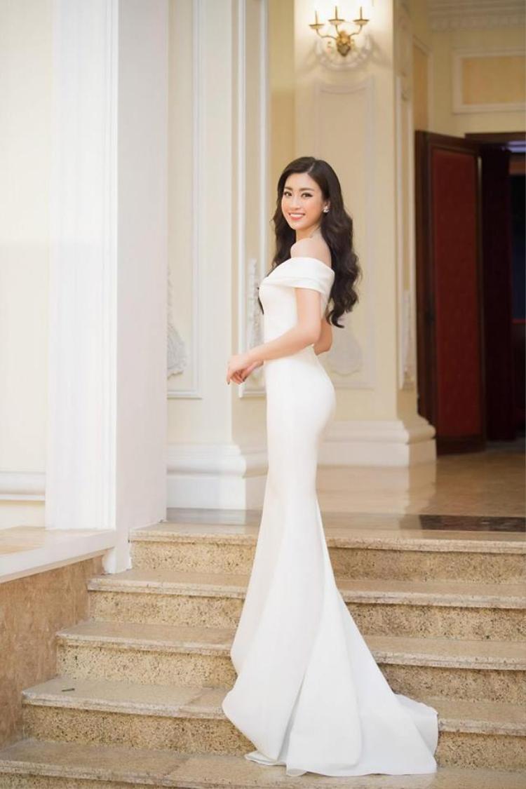 So với Diệu Thùy, đương kim Hoa hậu Việt Nam có vẻ nhỉnh hơn khi lựa chọn kiểu tóc xoăn được chải gọn phần mái, kết hợp cùng hoa tai ngọc trai duyên dáng.